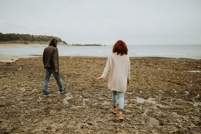 couple qui marche sur les rochers